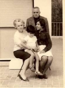 02 - Em Cascais, com os meus Avós e irmã (1965)