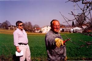 34 - Em Castro de Avelâs, com o antigo inspector da PIDE Abílio Pires, no decurso de uma reportagem para o  Tal&Qual  (1997)