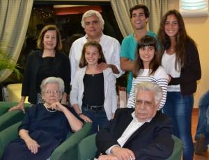 42 - Nos meus 50 anos, com os meus Pais, filhos e irmã (2011)