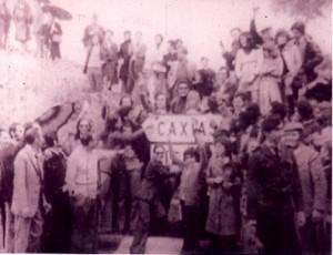 04 - Em Caxias, com a minha Mãe, no dia 26 de abril de 1974, a aguardar a libertação dos presos políticos